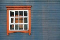 Μπλε γκρίζος ξύλινος τοίχος σπιτιών με το μεγάλο παράθυρο coyspace Στοκ Εικόνες