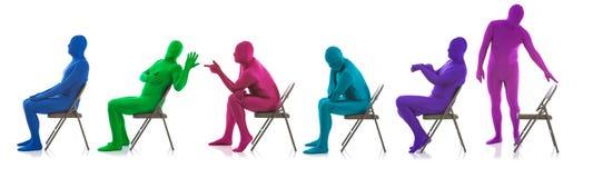 Μπλε: Γραμμή διαφορετικών ανθρώπων που περιμένουν στις έδρες Στοκ φωτογραφία με δικαίωμα ελεύθερης χρήσης