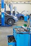 Μπλε γραφείο εργαλείων μετάλλων με το ανοικτό κιβώτιο Στοκ φωτογραφία με δικαίωμα ελεύθερης χρήσης
