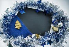 μπλε γυαλί σύνθεσης Χριστουγέννων μπιχλιμπιδιών Εκλεκτής ποιότητας ευχετήρια κάρτα Χριστουγέννων Μπλε λαμπιρίζοντας στεφάνι κορδε Στοκ φωτογραφία με δικαίωμα ελεύθερης χρήσης