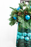 μπλε γυαλί σύνθεσης Χριστουγέννων μπιχλιμπιδιών κώνοι πεύκων και μπλε σφαίρες Στοκ Φωτογραφίες