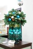 μπλε γυαλί σύνθεσης Χριστουγέννων μπιχλιμπιδιών κώνοι πεύκων και μπλε σφαίρες Στοκ φωτογραφίες με δικαίωμα ελεύθερης χρήσης