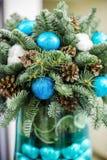 μπλε γυαλί σύνθεσης Χριστουγέννων μπιχλιμπιδιών κώνοι πεύκων και μπλε σφαίρες Στοκ φωτογραφία με δικαίωμα ελεύθερης χρήσης