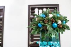 μπλε γυαλί σύνθεσης Χριστουγέννων μπιχλιμπιδιών κώνοι πεύκων και μπλε σφαίρες Στοκ Φωτογραφία