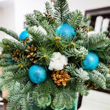 μπλε γυαλί σύνθεσης Χριστουγέννων μπιχλιμπιδιών κώνοι πεύκων και μπλε σφαίρες Στοκ εικόνα με δικαίωμα ελεύθερης χρήσης