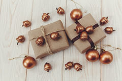 μπλε γυαλί σύνθεσης Χριστουγέννων μπιχλιμπιδιών Παρόντα κιβώτια με το έγγραφο σπάγγου και τεχνών, τα χρυσές βελανίδια και τις σφα Στοκ φωτογραφίες με δικαίωμα ελεύθερης χρήσης