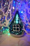 μπλε γυαλί σύνθεσης Χριστουγέννων μπιχλιμπιδιών Το εκλεκτής ποιότητας παιχνίδι χριστουγεννιάτικων δέντρων γυαλιού στεγάζει στοκ εικόνα με δικαίωμα ελεύθερης χρήσης