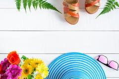 Μπλε γυαλιά ηλίου και παπούτσι καπέλων στον άσπρο ξύλινο πίνακα Στοκ εικόνες με δικαίωμα ελεύθερης χρήσης