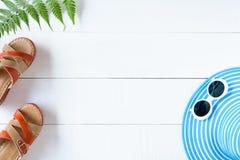 Μπλε γυαλιά ηλίου και παπούτσι καπέλων στον άσπρο ξύλινο πίνακα Στοκ φωτογραφίες με δικαίωμα ελεύθερης χρήσης