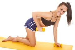 Μπλε γόνατα σορτς ικανότητας γυναικών ένα βάρος επάνω Στοκ εικόνες με δικαίωμα ελεύθερης χρήσης