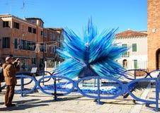 Μπλε γλυπτό γυαλιού murano σε ένα τετράγωνο σε Murano, Βενετία, Ιταλία Στοκ Φωτογραφία