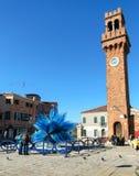Μπλε γλυπτό γυαλιού murano σε ένα τετράγωνο σε Murano στη Βενετία Ital Στοκ Φωτογραφίες