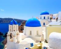 Μπλε εκκλησίες Oia Santorini θόλων Στοκ εικόνα με δικαίωμα ελεύθερης χρήσης