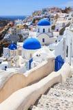 Μπλε εκκλησίες Oia Santorini θόλων Στοκ φωτογραφία με δικαίωμα ελεύθερης χρήσης