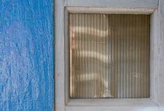 Μπλε εξωτερικός τοίχος δίπλα στο παράθυρο Στοκ φωτογραφία με δικαίωμα ελεύθερης χρήσης