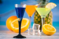 Μπλε εξωτικό ποτό στην παραλία με τους φοίνικες στο υπόβαθρο Στοκ Εικόνα