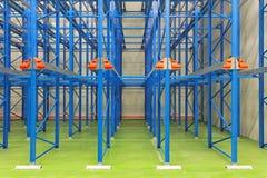 μπλε επιπέδων αποθήκη εμπορευμάτων αποθεμάτων ραφιών σειράς μερών διοικητικών μεριμνών μέση Στοκ φωτογραφία με δικαίωμα ελεύθερης χρήσης