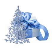 Μπλε ερυθρελάτες, έλατο και δώρο Στοκ φωτογραφία με δικαίωμα ελεύθερης χρήσης