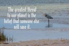 Μπλε ερωδιός στον ωκεανό με την απειλή στο απόσπασμα πλανητών Στοκ εικόνες με δικαίωμα ελεύθερης χρήσης