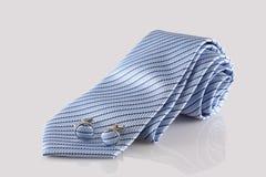 Μπλε δεσμός με τις συνδέσεις μανσετών Στοκ φωτογραφίες με δικαίωμα ελεύθερης χρήσης