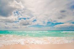 μπλε λευκό ουρανού άμμο&upsil στοκ εικόνα