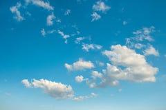 μπλε λευκό ουρανού σύννεφων ενάντια ανασκόπησης μπλε σύννεφων πεδίων άσπρο σε wispy ουρανού φύσης χλόης πράσινο Στοκ Φωτογραφίες