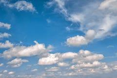 μπλε λευκό ουρανού σύννεφων ενάντια ανασκόπησης μπλε σύννεφων πεδίων άσπρο σε wispy ουρανού φύσης χλόης πράσινο Στοκ φωτογραφία με δικαίωμα ελεύθερης χρήσης