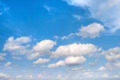 μπλε λευκό ουρανού σύννεφων ενάντια ανασκόπησης μπλε σύννεφων πεδίων άσπρο σε wispy ουρανού φύσης χλόης πράσινο περιβάλλον Στοκ εικόνες με δικαίωμα ελεύθερης χρήσης
