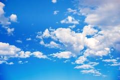 μπλε λευκό ουρανού σύνν&epsilon Λεπτά χνουδωτά άσπρα σύννεφα στο φως του ήλιου ενάντια σε έναν μπλε ουρανό Άνευ ραφής καλοκαίρι ά Στοκ Εικόνα