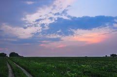 μπλε λευκό οδικού ουρανού πεδίων σύννεφων σκοτεινό Στοκ εικόνες με δικαίωμα ελεύθερης χρήσης