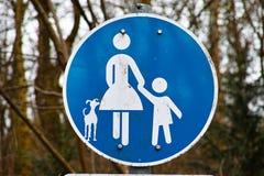 Μπλε λευκό οδικών σημαδιών σκυλιών παιδιών μητέρων Στοκ Εικόνες