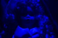 Μπλε ελαφριά μπροστινή άποψη κουκλών φρίκης Στοκ Φωτογραφία