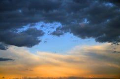 Μπλε ελαφριά φίλτρα μεταξύ των πορτοκαλιών σύννεφων Στοκ φωτογραφία με δικαίωμα ελεύθερης χρήσης