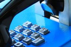 Μπλε δημόσια τηλεφωνική στενή επάνω άποψη Στοκ Εικόνες