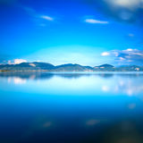 Μπλε ηλιοβασίλεμα λιμνών και αντανάκλαση ουρανού στο νερό Versilia Τοσκάνη, Στοκ Εικόνες