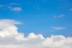 Μπλε ηλιόλουστα άσπρα σύννεφα ουρανού στοκ εικόνα με δικαίωμα ελεύθερης χρήσης
