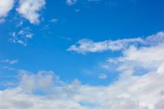 Μπλε ηλιόλουστα άσπρα σύννεφα ουρανού στοκ εικόνες