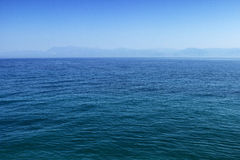 Μπλε θάλασσα ή ωκεάνια επιφάνεια νερού με τον ορίζοντα και τον ουρανό στοκ εικόνες