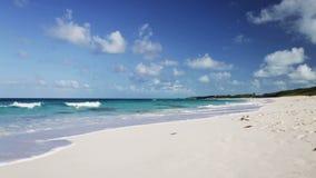 Μπλε θάλασσα ή ωκεάνιοι, άσπροι άμμος και ουρανός με τα σύννεφα φιλμ μικρού μήκους