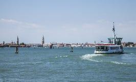 Μπλε θάλασσα - Βενετία, λεωφορείο της Ιταλίας/νερού και οι πύργοι πόλεων Στοκ φωτογραφία με δικαίωμα ελεύθερης χρήσης