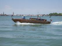 Μπλε θάλασσα - Βενετία, ταξί της Ιταλίας/νερού και οι πύργοι πόλεων Στοκ Φωτογραφίες