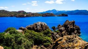 Μπλε θάλασσα, βουνά και δέντρα Στοκ εικόνα με δικαίωμα ελεύθερης χρήσης