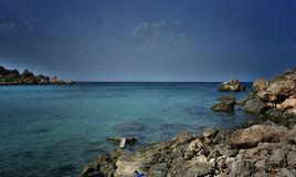 Μπλε θάλασσα και βράχοι Μάλτα Στοκ εικόνες με δικαίωμα ελεύθερης χρήσης