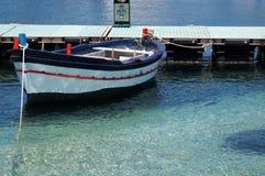 Μπλε θάλασσα και δεμένη βάρκα Στοκ Φωτογραφίες