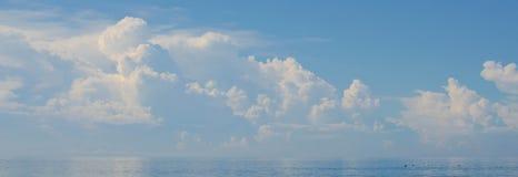 Μπλε θάλασσα και μπλε ουρανός και μακρύ σύννεφο Στοκ εικόνα με δικαίωμα ελεύθερης χρήσης