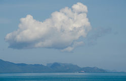 Μπλε θάλασσα και μπλε ουρανός και μακρύ σύννεφο Στοκ Εικόνες