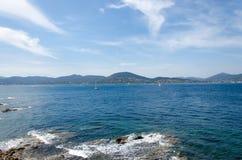 Μπλε θάλασσα και μπλε ουρανός Στοκ Εικόνες