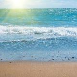 Μπλε θάλασσα και παραλία με τη χρυσή άμμο Στοκ Φωτογραφίες