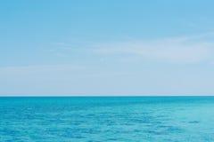 Μπλε θάλασσα και σύννεφα στον ουρανό, Ταϊλάνδη Στοκ φωτογραφίες με δικαίωμα ελεύθερης χρήσης