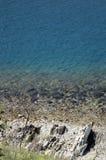 Μπλε θάλασσα με τους βράχους Στοκ φωτογραφίες με δικαίωμα ελεύθερης χρήσης
